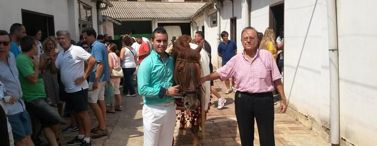José Mateu Plà de la tercera generación recibe cada año a los Festeros de la Mare de Deu al Peu de la Creu.